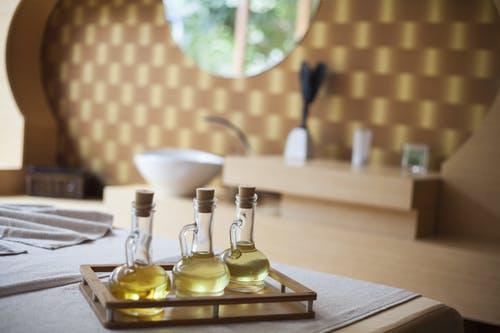 茶树精油治疗头发虱子问题:使用方法和好处