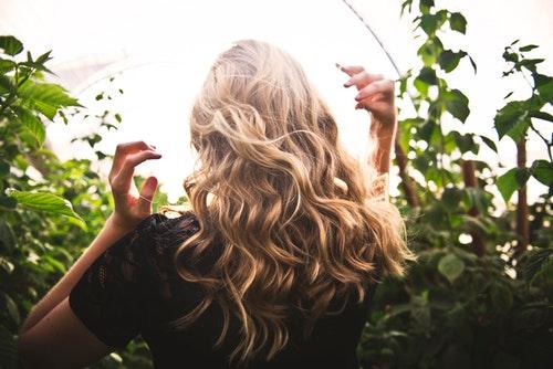 女人掉头发是什么原因(女性长期掉头发原因)