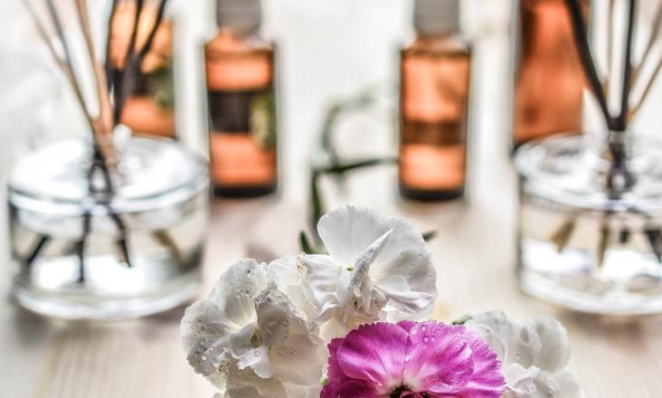 香薰疗法,精油瓶子,不同的精油,花朵,茶树精油