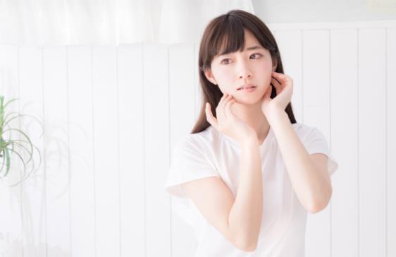 女孩白皮肤美丽鼻子嘴唇发型下巴前额眼睛手臂脖子嘴摄影耳朵手微笑下巴手势长发模特日本偶像棕色头发自由图像