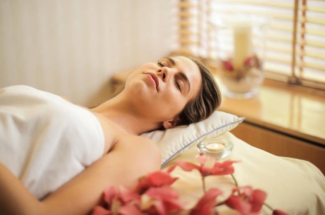 享受, 和平的, 女人, 安慰, 室內, 寧靜的, 平靜的, 按摩, 放鬆, 斜倚, 毛巾, 治療, 溫泉, 漂亮, 睡眠, 睡著, 睡覺, 美容治疗, 臥室, 自在, 豪華, 躺著, 闭着眼睛, 黎明, 免费素材图片